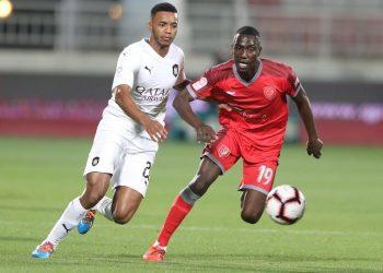 صراع علي الكرة بين لاعبي الدوري القطري