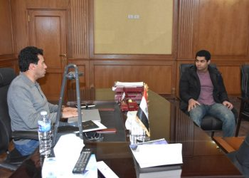 وزير الرياضة المصري اثناء استقبال محمد ايهاب في مكتبه