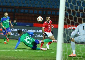 محمد أفشة لاعب الاهلى فى محاولة للمرور من مدافع المقاصة
