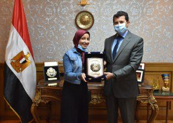 وزير الشباب والرياضة يكرم طالبة الأزهر