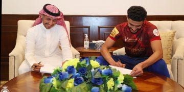 عبدالإله العمري أُثناء تجديد عقده مع النصر السعودي